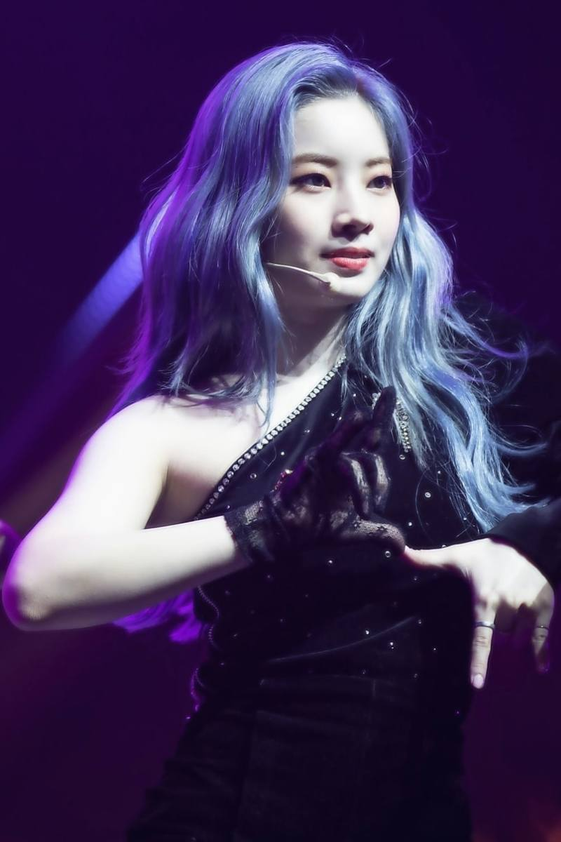 cabello color azul metalico Kim Dahyun